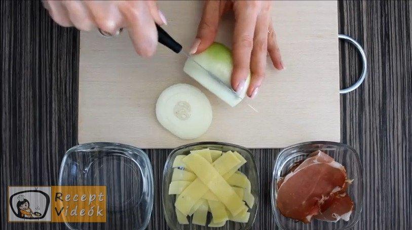 sajtos-sonkás hagymakarika recept elkészítése 1. lépés