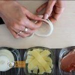 sajtos-sonkás hagymakarika recept elkészítése 2. lépés