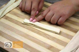Hotdog kígyócskák recept, hotdog kígyócskák elkészítése 3. lépés