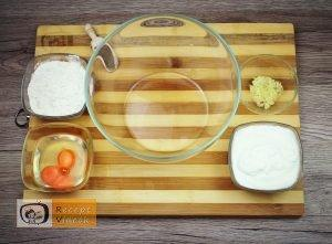 Csirkemell receptek:Csirkecsíkok fokhagymás-tejfölös bundábanelkészítése 2. lépés
