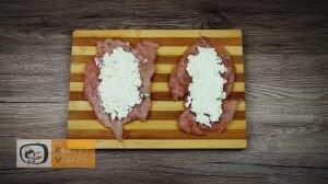 Csirkemell receptek:Csirkemelltekercs rukkolás fetasajttal töltve elkészítése 2. lépés