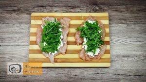 Csirkemell receptek:Csirkemelltekercs rukkolás fetasajttal töltve elkészítése 3. lépés