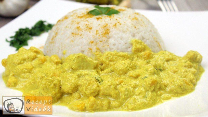 Csirkemell tejfölös-currys szószban