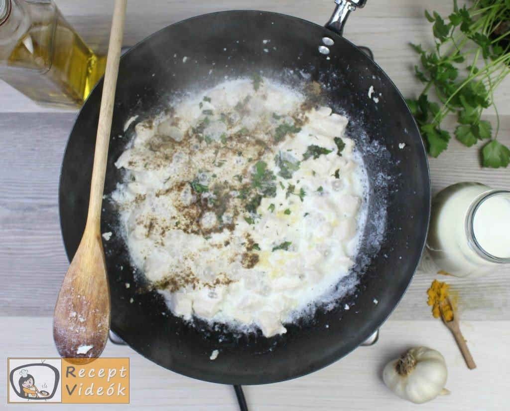 Csirkemell receptek: Csirkemell tejfölös-currys szószban elkészítése 2. lépés