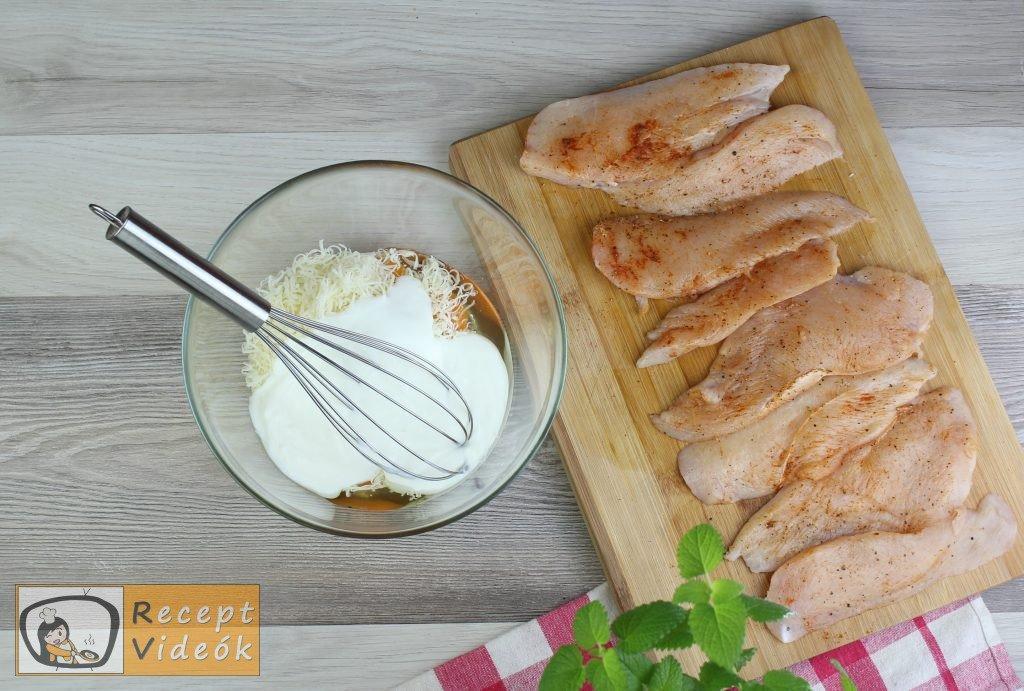 Csirkemell receptek: Tepsis csirkemell sajtos tésztában elkészítése 2. lépés