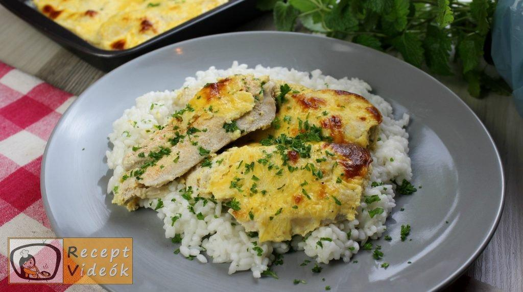 Csirkemell receptek: Tepsis csirkemell sajtos tésztában elkészítése - Recept Videók